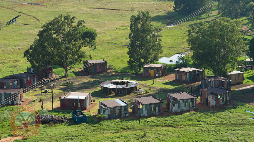 Visual of Fake Shanty Town Simulates Poverty for Rich Vacationers