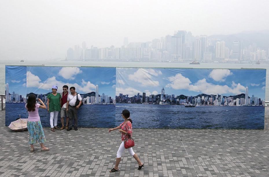 """Visual of Hong Kong Says """"Cheese"""" to Pollution"""