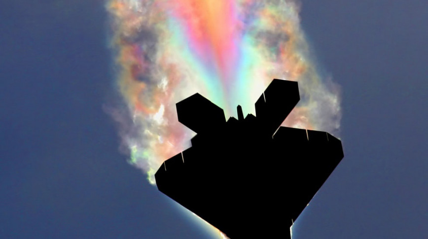 Visual of Raptor Aircraft Paints Rainbows in the Sky