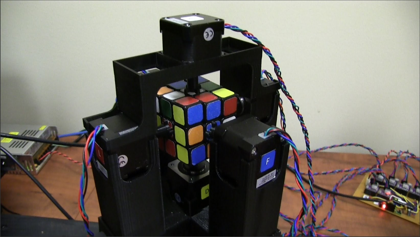 Visual of Robot Breaks Rubik's Cube World Record